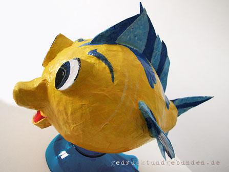 Fisch Pappmaché, individuell gestaltet, lackiert; 2 Öffnungen, oben und unten; als Verpackung für Geldgeschenk zur Geburt, Geburtstag; ca. 35cm lang