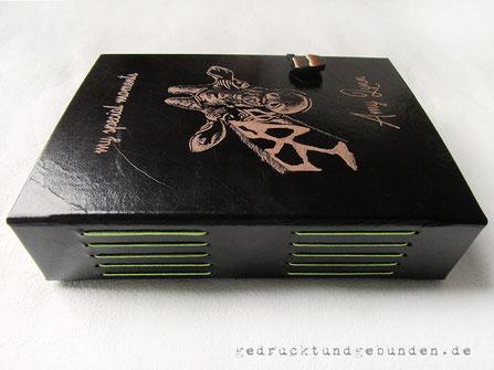 Lederbuch schwarz Hardcover Langstichheftung Rundkordel gewachst grün Einbandgestaltung Gravur Name und Lieblingstier Giraffe Gummibandverschluss mit Knopf