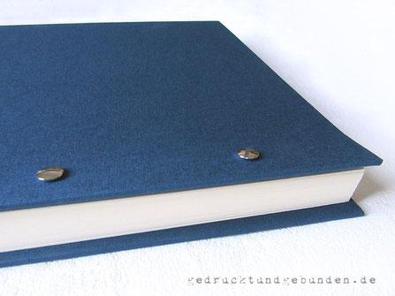 Schraubalbum, Buchrücken offen, Buchschrauben vernickelt, Bucheinbandmaterial Imperial Feingewebe dunkelblau