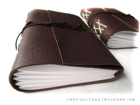 Lederbuch Softcover Kreuzstichbindung Papierlagen mittels Kordel direkt am Leder befestigt. 5 sichtbare Kreuze am Buchrücken = 5 Papierlagen.