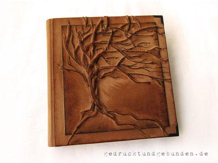 Fotoalbum Baum des Lebens, Hardcover mit Hochrelief Baum, 30cm x 32cm Hochformat, 100 Seiten naturweiß mit Pergamin, Metallbuchecken