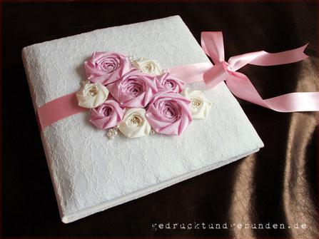 Hochzeitsalbum Hardcover-Bucheinband gepolstert und mit Spitzenstoff bezogen, umlaufendes Satinband als Buchverschluss, Stoffrosen und Perlen