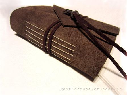 Lederbuch mittelbraun Softcover mit geschwungener Umschlagklappe Einstichbindung und umlaufendem Buchverschluss