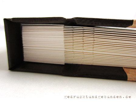 Schraubalbum Fotoalbum Hardcovereinband mit geschlossenem Buchrücken; Innenseiten Fotokarton gerillt, mit Stegen; Einband und Buchblock mittels Buchschrauben lösbar miteinander verbunden.