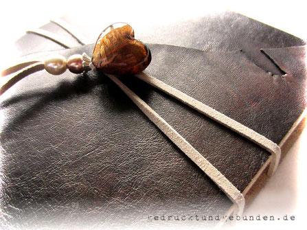 Lederbuch Softcover mit umlaufendem Lederband als Buchverschluss mit Glasherz und Perlen