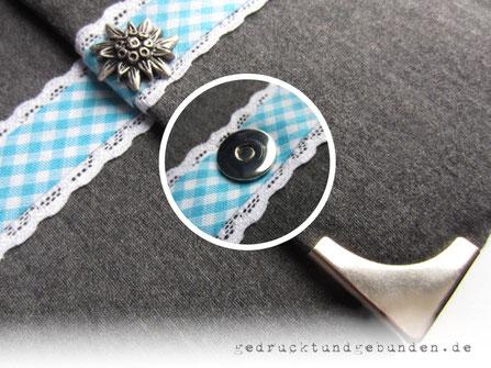 Schwangerschaftstagebuch Stoffeinband mit umlaufender Spitzenborte, Karoband und Magnetknopf Edelweiss als Buchverschluss