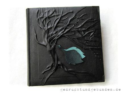 Fotoalbum Baumbestattung schwarz, Hardcover mit Hochrelief Baum des Lebens und Blatt-Applikationen, 30cm x 30cm, 100 Seiten weiß mit Pergamin.