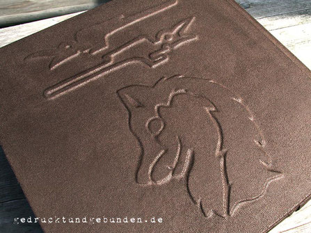 Handgefertigtes Gästebuch Hardcover mit Flachrelief Raben und Wolf, Bucheinbandmaterial Stoff braun.