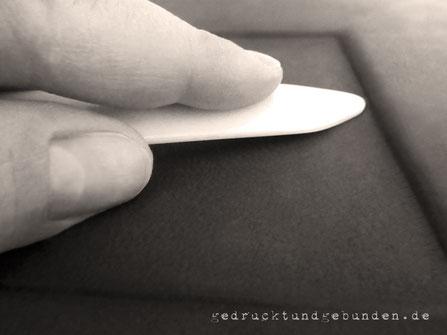 Ledereinband Ausarbeitung Aussparung/Vertiefung für gestalterisches Element, welches nach dem Einfügen in gleicher Ebene abschließt