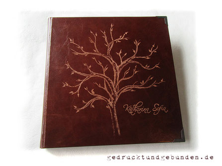 Fotoalbum Ledereinband Hardcover mit Handgravur Baum und Name; Lederalbum 30cm x 30cm 120 Seiten naturweiß Fadenheftung.