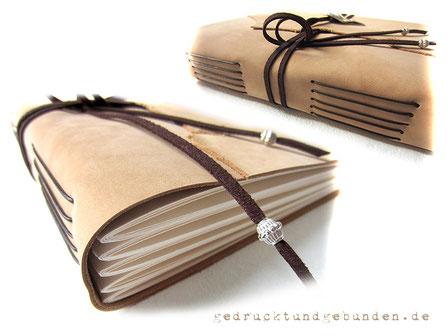 Lederbuch Softcover Langstichheftung Lagen von Fotokarton mittels Kordel direkt am Leder befestigt. 5 Linien am Buchrücken = 5 Lagen Fotokarton.