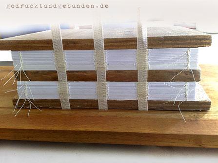 Buchblock fadenheftung Handheftung Heften auf Bänder Heftlade