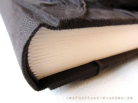 Reliefeinband Hardcover Lederimitat dunkelbraun Buchblock fadengeheftet Verwendungszweck Gästebuch Tagebuch Notizbuch Gästebuch-Buchblock Fadenheftung 160g-Papier elfenbeinfarben runder Rücken