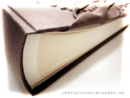 Hardcovereinband mit Reliefgestaltung, Bezug Stoff antikbraun, Fotoalbum-Buchblock elfenbeinfarben 100 Seiten
