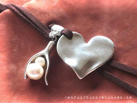 Lederbuch Softcover mit umlaufendem Lederband als Buchverschluss mit Herzanhänger Blütenkelch und Perlen
