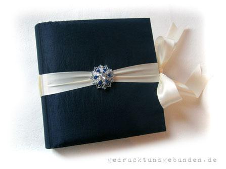 Schwangerschaftstagebuch Hardcover Bucheinband gepolstert mit Stoff Taft nachtblau bezogen, umlaufendes Satinband cremefarben als Buchverschluss Dekoration Brosche