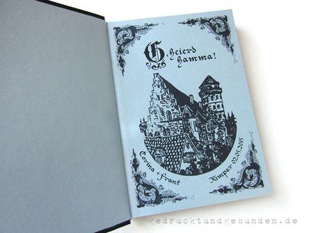 Fotogästebuch Hochzeit, Hardcovereinband Stoff schwarz, Buchblock schwarz, 50 Blatt/100 Seiten mit Pergaminzwischenblättern, Vorsatzpapier silberfarben rechts bedruckt, individuelles Layout.