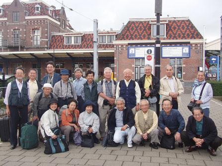 """""""すてきな仲間""""に恵まれ、18 人と添乗員として奮闘してくれた福田明広さんを入れた19 人のある意味では珍妙な旅の始まり。"""