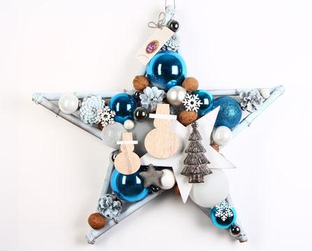 Weiß -blauer Stern im winterlichem Look mit Holzschneemännern und einer Tanne aus Metall.