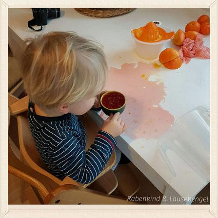 Der Lausebengel hilft fleißig mit, einen leckeren Kinderpunsch für Silvester zuzubereiten. Mit 'klick' auf das Bild geht es zum Rezept.