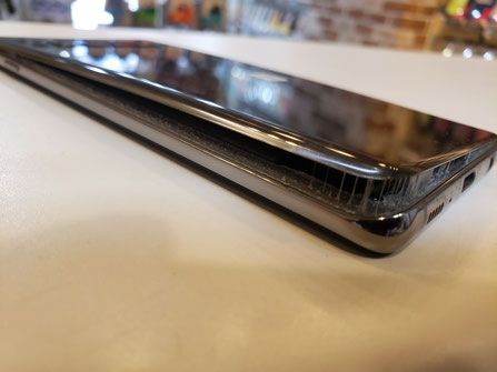 Galaxy S10+のバッテリーが膨張してバックパネルが浮いている