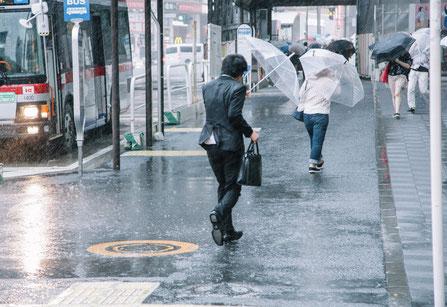 台風が接近し腰が痛い奈良県香芝市の男性