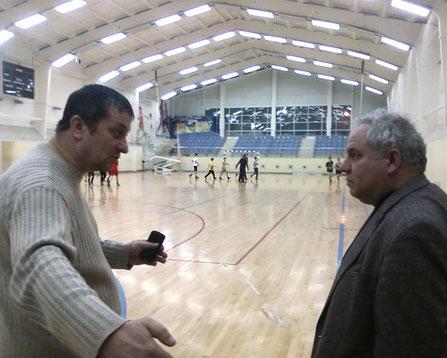 Глава городского округа (слева) внимательно выслушивает тренера ДЮСШ.