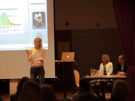Antje Diller-Wolff hält einen Vortrag beim Informationskreis Hochbegabung für Eltern und Lehrer