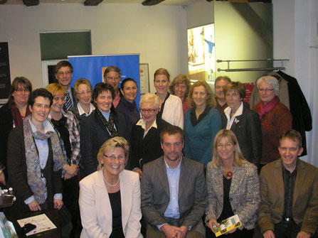 Gruppenfoto vom Treffen des Überbetrieblichen Verbunds Familie und Beruf e.V. (ÜBV) Landkreis Heidekreis mit Beiratsmitglied Antje Diller-Wolff