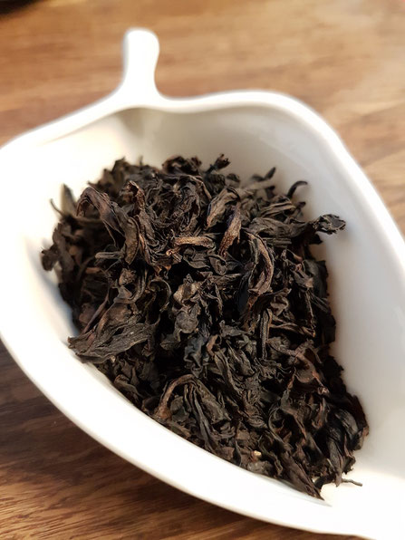 竹窠肉桂(凱捷)茶葉・・・大きな茶葉で均一的だが、ちぎれたような破片も多い。