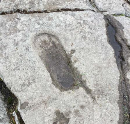In Stein gemeißelter Fußabdruck auf der Anhöhe von Dunnadd im schottischen Argyll