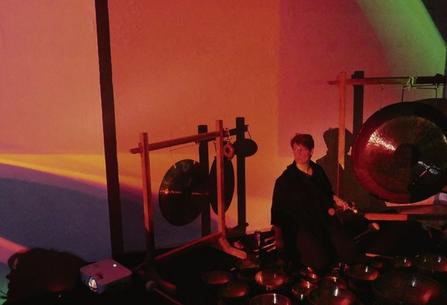 Musikerin Luna Martina Pracht im Licht von Nils Herbstrieth in der GEDOK-Galerie. Foto: MR