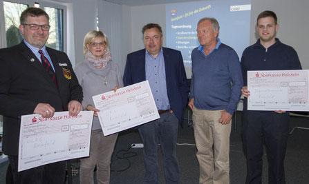 Vorsitzender Lorenz Hartwig (Foto, mitte) überreicht symbolisch je einen Scheck über 250 € an Jugendfeuerwehr, DLRG und DRK