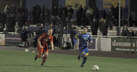 Nikky Goguadze ist vor Holtlands Tobias Schlink am Ball.
