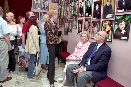 Князь Дмитрий Романович Романов с супругой в театре имени Андрея Миронова. Июль 2004 г. Фото Владимира Постнова