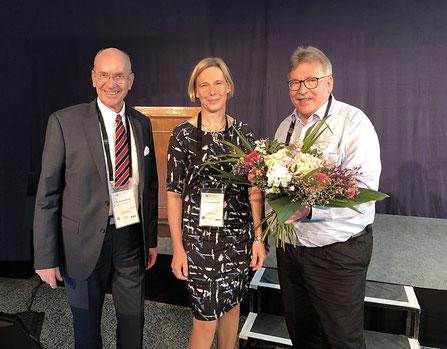 Staffelstab-Übergabe: Martin Westermann gratuliert der neuen Präsidentin und dankt dem scheidenden Präsidenten