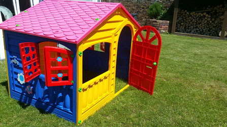 Auf dem Dorftrödel ergattert: Ein Spielhaus für die Kinder.