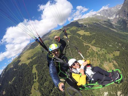 Kim beim Paragliding - (c)wheeliewanderlust