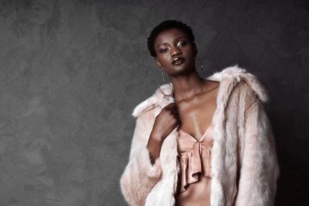 Femme africaine avec une fourrure