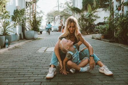 Mère et fille assises dans la rue