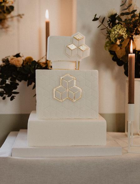 Hochzeitstorte Skulpturtorte WeißGold Kerzenständer Blumendekoration