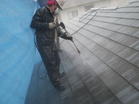 熊本Y様家のカラーベスト屋根にコケ除去洗浄であるサイクロンジェット高圧洗浄を行っている様子。