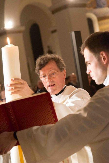 Pfarrer Clemens bei der Osternacht