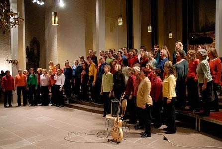 Der Gospelchor Holtenau aus Kiel singt afrikanischen Gospel in voller Kirche.