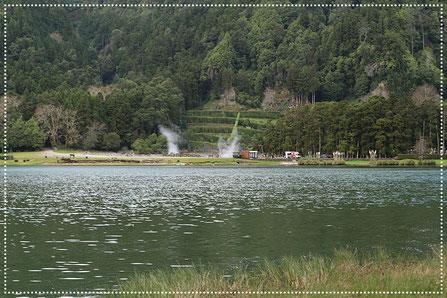 Auf diesem Bild sieht man den Dampf aufsteigen - Lagoa das Furnas
