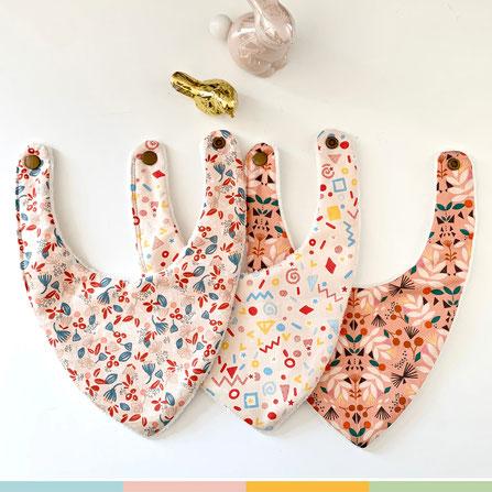 trio de bavoirs bandanas arc en ciel et écailles roses