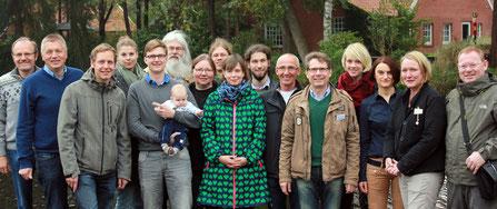 Unter Leitung von Dr. Thomas Südbeck (2. v. l.) und  Tomma Mesch (4. v. l.) fand die Juniorakademie Papenburg statt. Tatkräftige Unterstützung erhielten sie unter anderem von Assistentin Kathrin Jansen (4. v. r.)