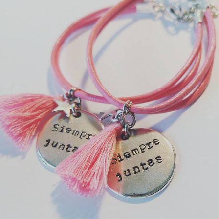 pulsera grabada amigas siempre juntas rosa con borla diecisietecosas