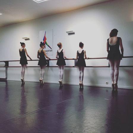 Klassiek Ballet - Dansles Dansschool Het Danskwartier Den Haag. De dansschool bevindt zich in het Statenkwartier in Den Haag en biedt dansles vanaf 3 jaar. DANS met ons mee!