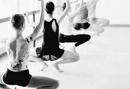 Klassiek Ballet volwassenen - Dansles Dansschool Het Danskwartier Den Haag. De dansschool bevindt zich in het Statenkwartier in Den Haag en biedt dansles vanaf 3 jaar. DANS met ons mee!